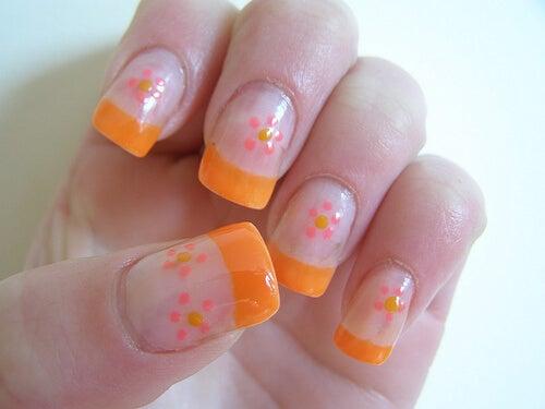 turuncu ojeli çiçekli tırnaklar