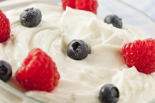 meyve ve yoğurt