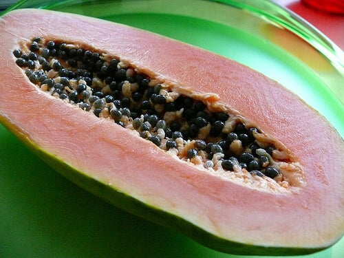 ikiye kesilmiş papaya meyvesi