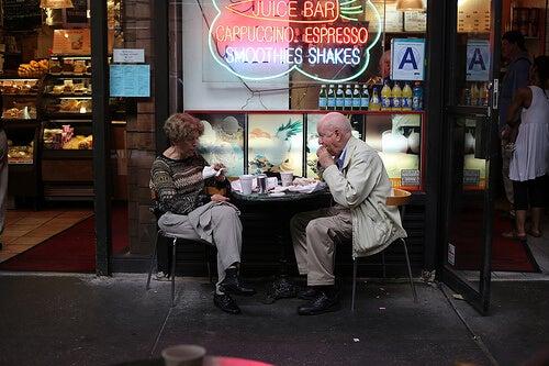 pastanenin önünde oturan yaşlı çift