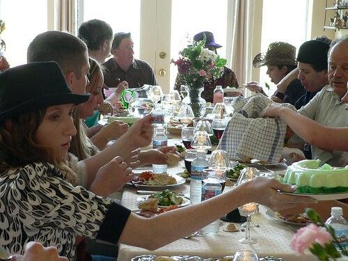 kalabalık aile yemeği
