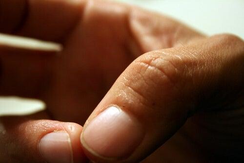 bir elin iki parmağı