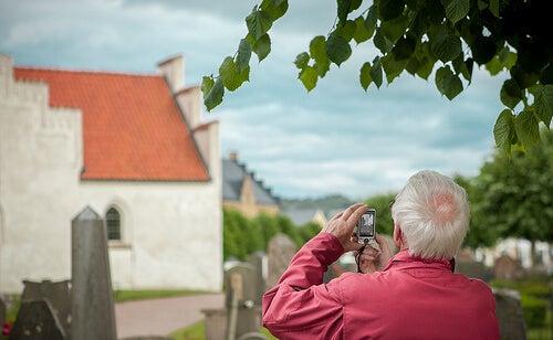 fotoğraf çeken yaşlı adam