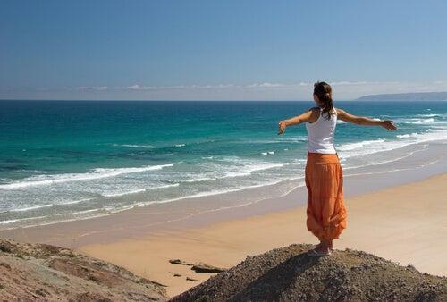 sahilde mutlu kadın
