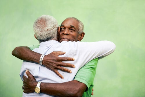 sarılan yaşlı çift