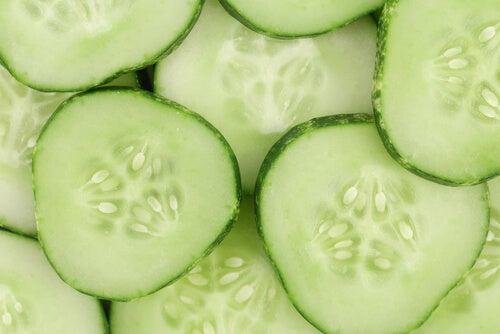 göz altı torbaları için salatalık dilimleri