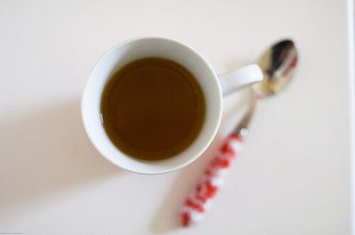 bir fincan çay ve kaşık