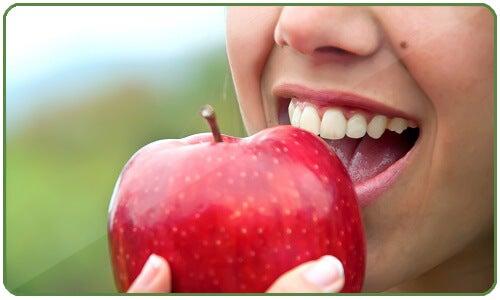 elma yiyen kadın