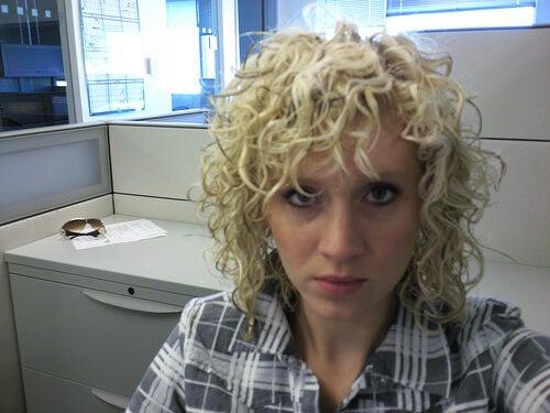 kıvırcık sarı saçlı kadın