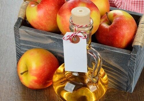 elmalar ve bir şişe sirke