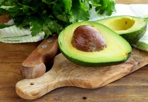 tahtanın üstünde avokado