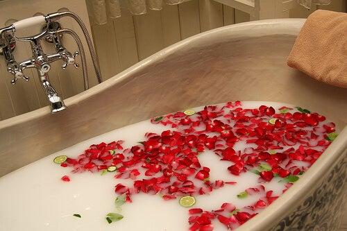 çiçek yaprakları banyo küvet