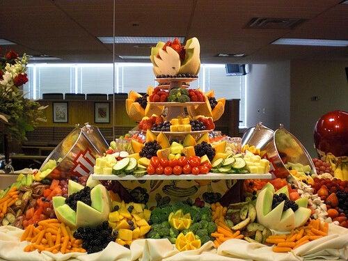 meyvelerle dolu bir masa