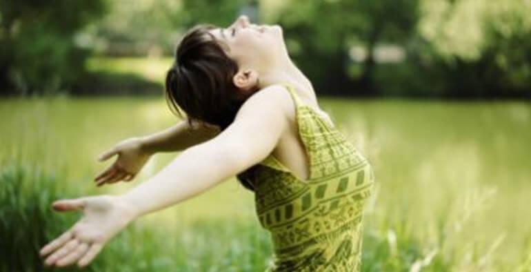 çimenlerde mutlu kadın