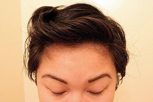 saçları maskeli kadın doğal şampuan