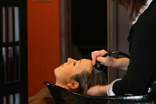 saçı yıkanan kadın