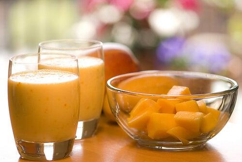 mango dilimleri ve suyu