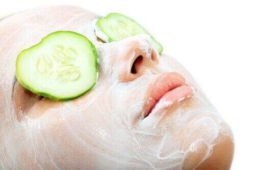 yüz peelingi ve salatalık