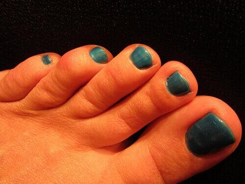 mavi ojeli tırnaklar