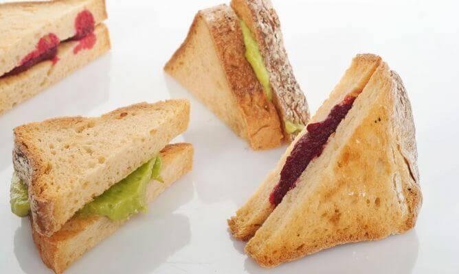 pancarlı ve avokadolu sandviçler