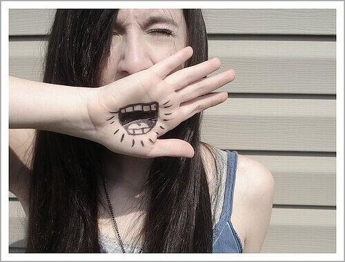 elinde ağız çizili genç kız