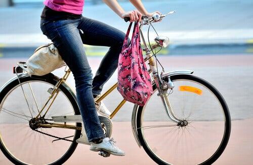 bisiklet süren bacaklar