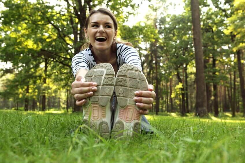 parkta egzersiz yapan gülen kadın