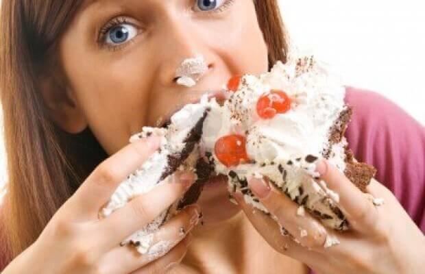 pasta yiyen mutlu kadın