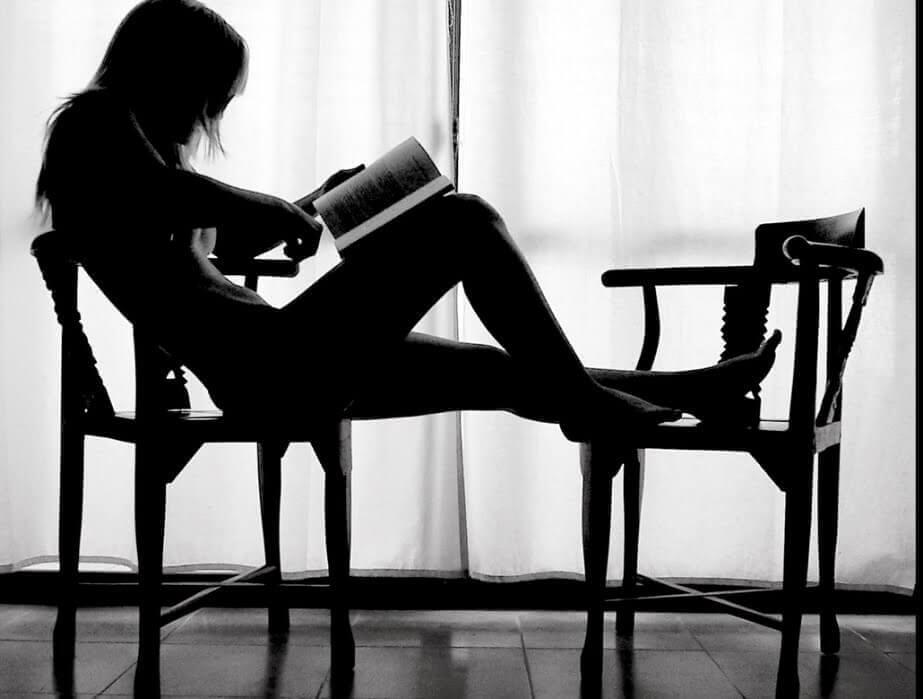 sandalyede okuyan kadın