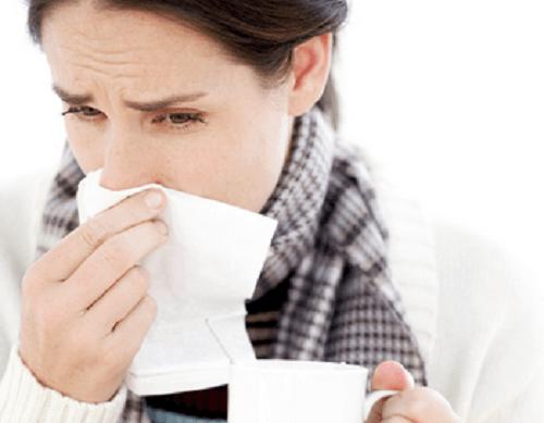 soğuk algınlığına yakalanmış kadın