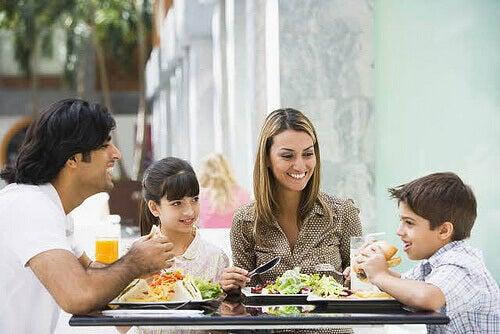 yemek yiyen aile
