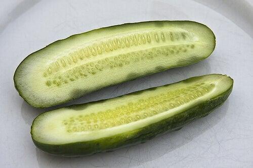 ikiye bölünmüş salatalık