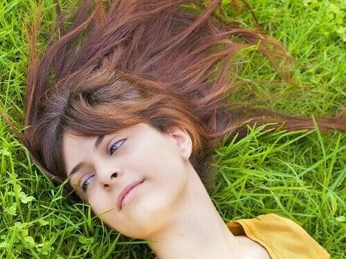 çimenlerde yatan kadın