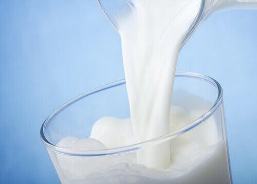 süt doldurulan bardak