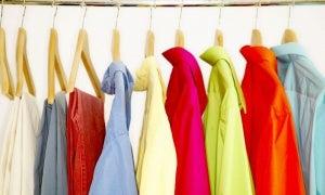 askıda renkli gömlekler ve pantolonlar