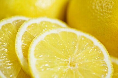 düz bir karın için limon