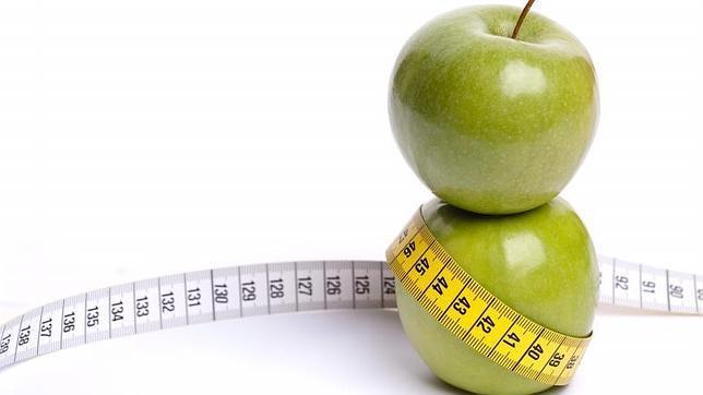 düz bir karın yeşil elma