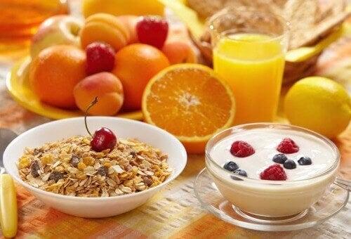 meyve yulaf yoğurt sağlıklı yiyecekler