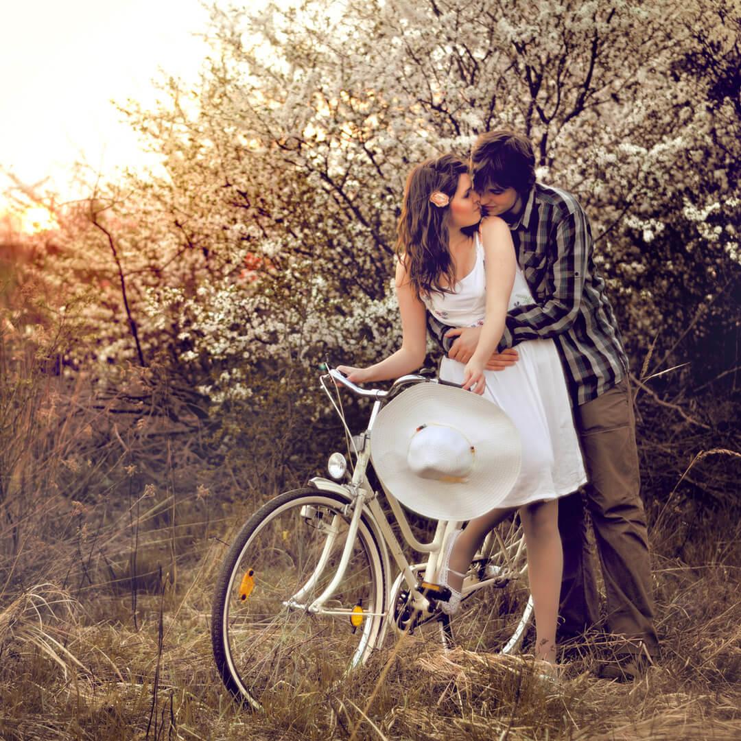 bisiklet üstünde iki sevgili