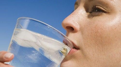 buzlu su içen kadın