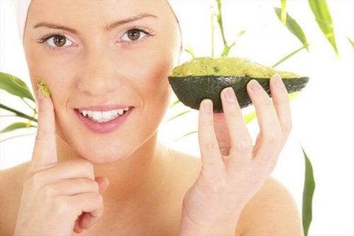 avokado kadın yüz maskesi