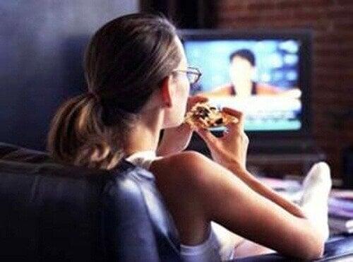 televizyon karşısında yemek yemek