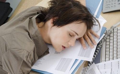 çalışırken uyuyakalan kadın