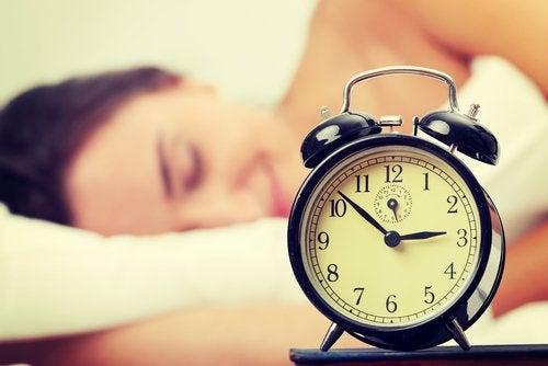 çalar saatle uyuyan kadın
