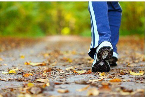 yürüyüş yapan adam ve ayakkabıları