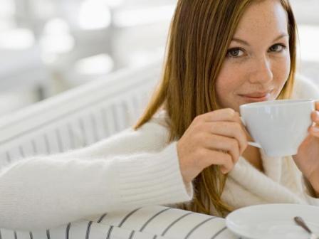 çay içen kadın