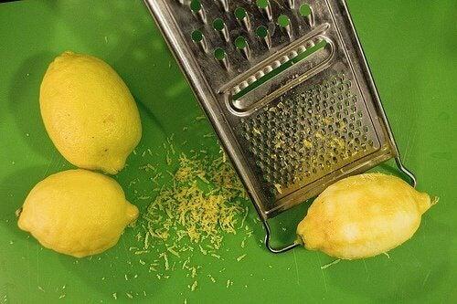 limonlar ve limon kabuğu rendeleme