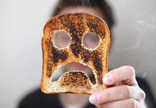 yanmış tost ekmeği üzerinde üzgün surat