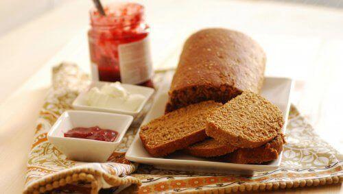 tam çavdar ekmeği ve reçel