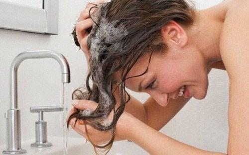 lavaboda saçını yıkayan kadın